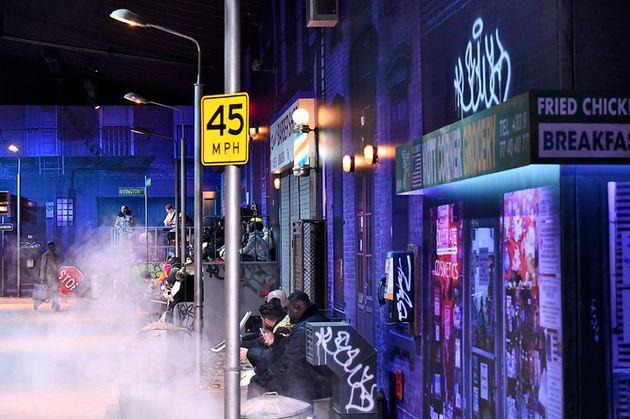 『ビリー・ジーン』のミュージックビデオを想起させるショーのセット