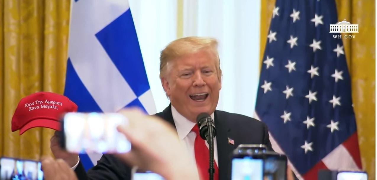 Σόου η ομιλία Τραμπ για την 25η Μαρτίου με καπελάκι στα ελληνικά (και λάθος