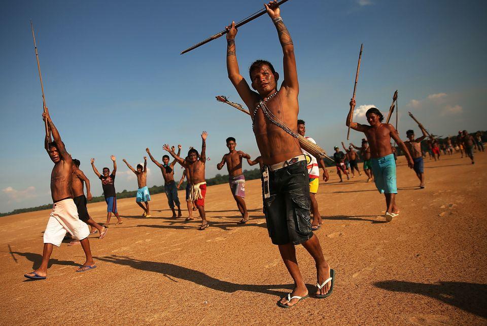 2014년 11월 26일에 아마존 우림 타파조스 강 수력 발전 댐 건설에 항의하는 시위를 벌이고 있는 문두루쿠