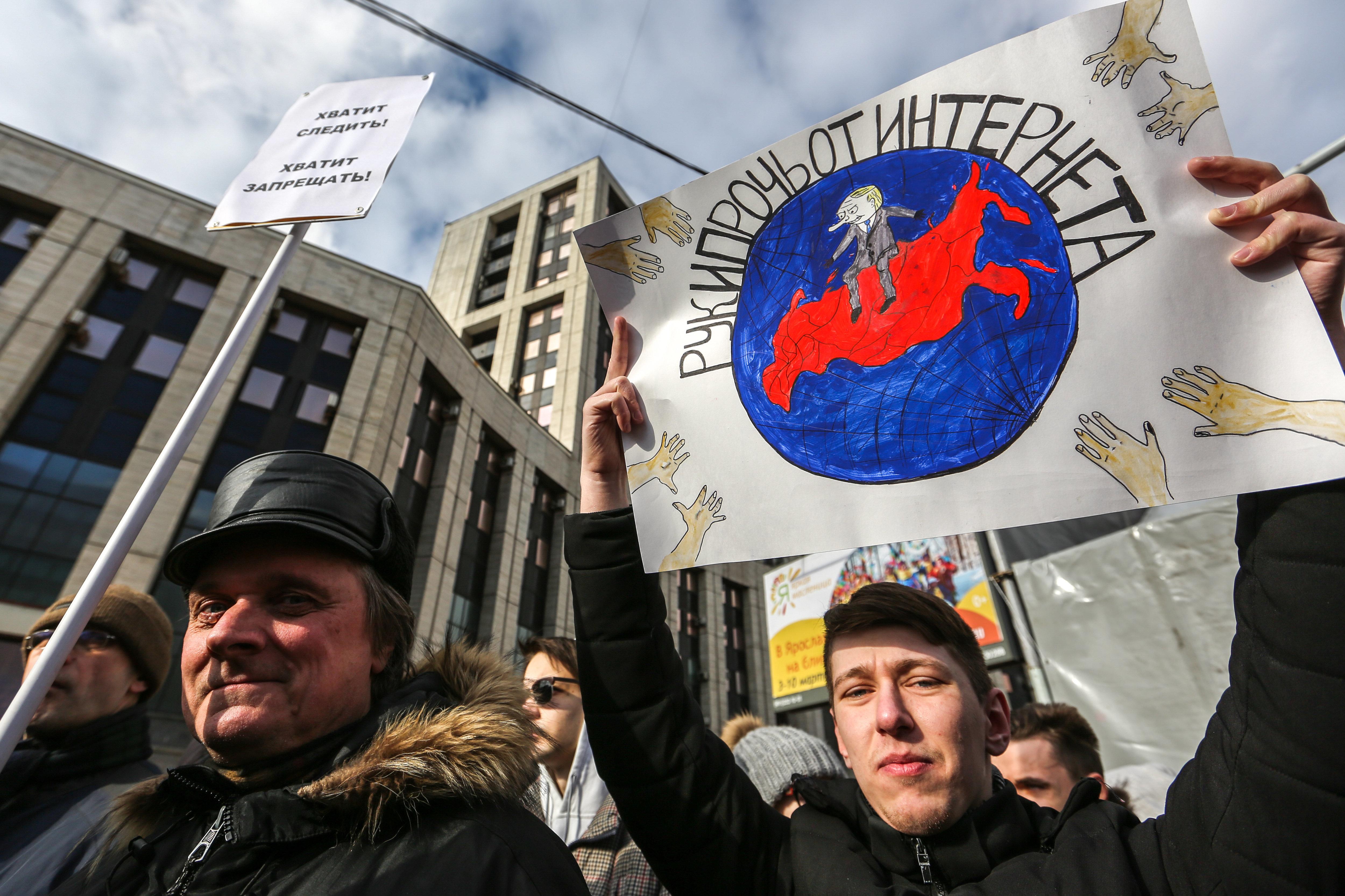 プーチン政権がインターネットの規制を強化していることに反対する集会参加者たち。プラカードには「インターネットから手を引け」と書かれている=3月10日、モスクワ