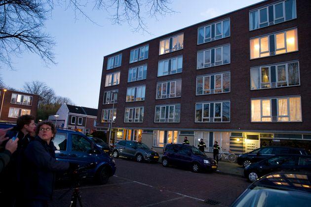 El edificio donde residía el supuesto atacante, durante la inspección policial de ayer...