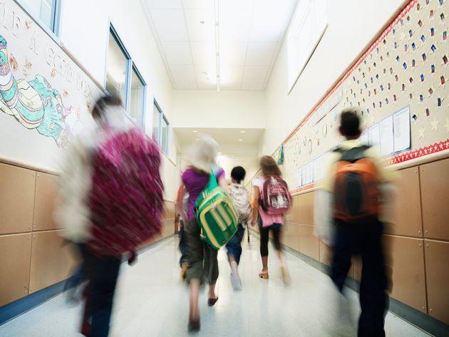 Unos niños caminan por los pasillos de un centro de Primaria, en una imagen de