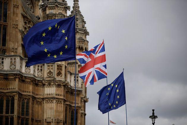 Las banderas de Reino Unido y la Unión Europea, en el Parlamento de