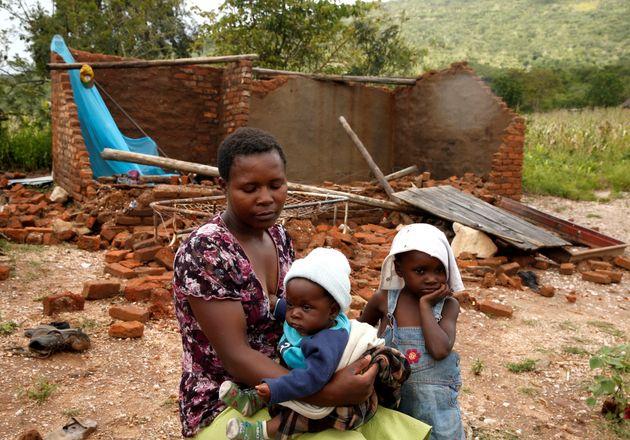 Nomatter Ncube et ses enfants sont assis à côté de leur maison de famille emportée...