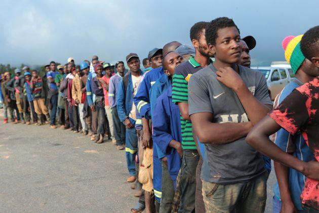 Des soldats font la queue pour recevoir des vivres des soldats à Chimanimani, à environ...