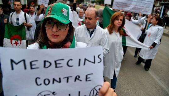 En blouse blanche, les médecins rejoignent le soulèvement