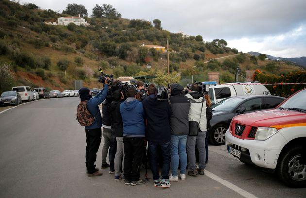 Un grupo de periodistas, grabando entrevistas en Totalán, mientras se buscaba a