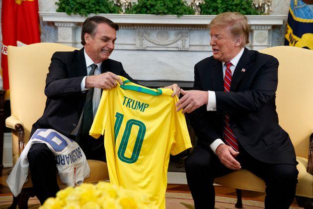 Bolsonaro entrega camiseta da seleção brasileira de futebol a Trump; Presidente americano...