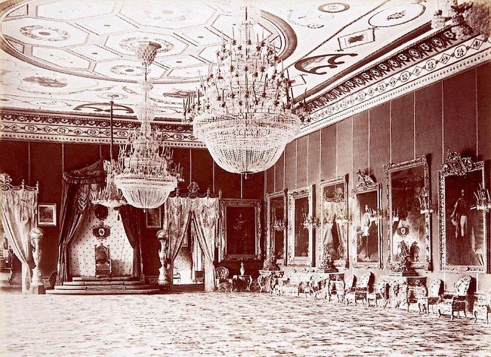 Photographie datée vers 1880, permettant de voir la grandesalle du trône du palais...