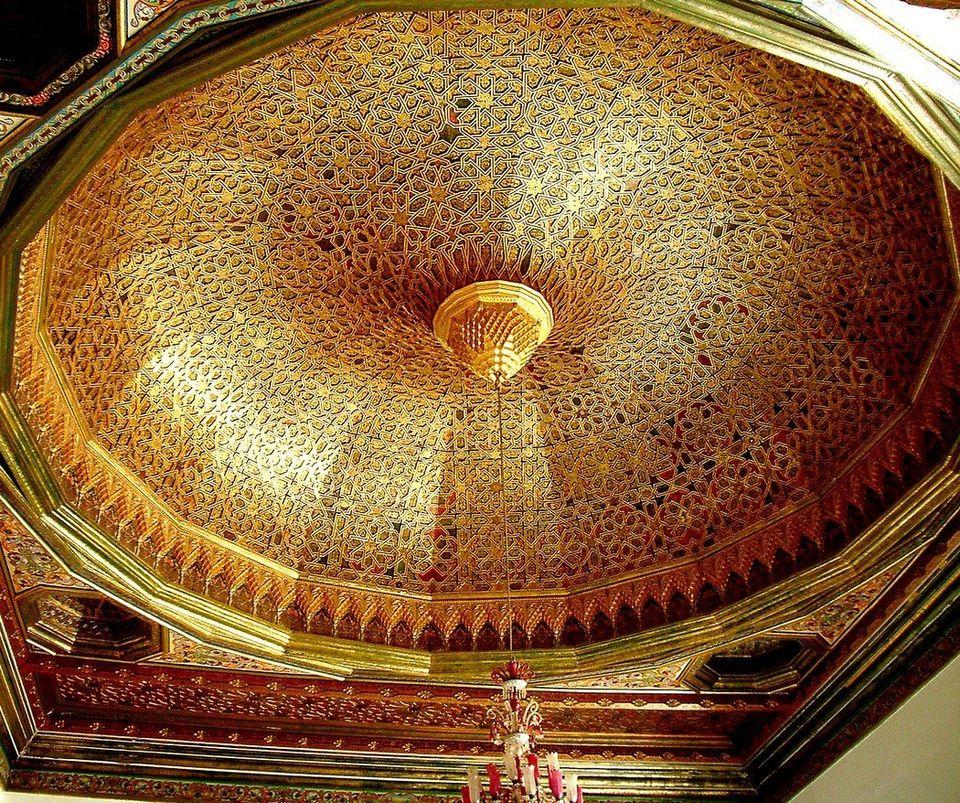 Gros plan sur la majestueuse coupole, à seize pans, couvrant l'ancien grand salon ou salle des...