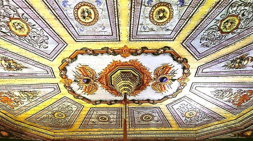 Gros plan sur le plafond, peint à l'italienne, du grand patio couvert du palais de Ksar Saïd....