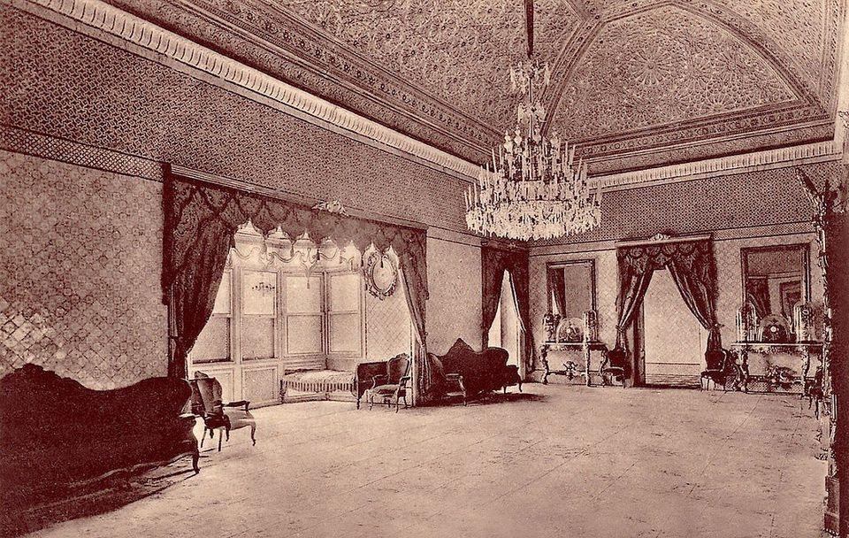 Photographie, remontant à 1905, du salon rectangulaire qui borde l'un des longs côtés...