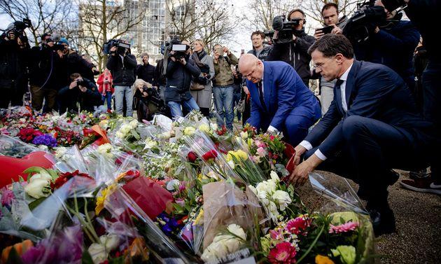 Mark Rutte, el primer ministro de Holanda, coloca flores en homenaje a las víctimas de