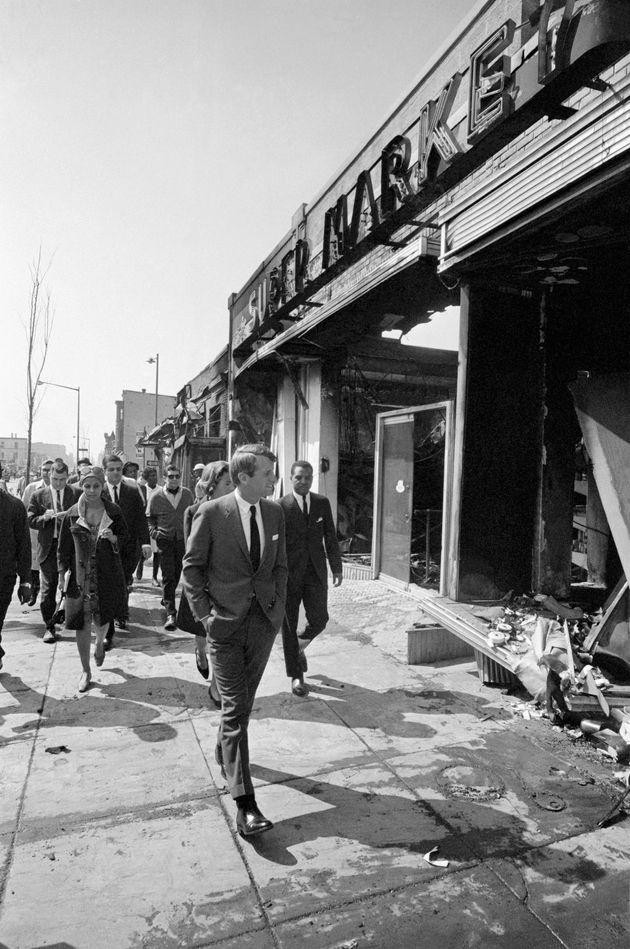 Ο Ρόμπερτ Κέννεντυ περπατά...