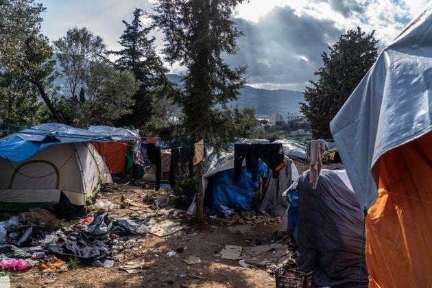 En las afueras del campamento de Vathy (Samos), los refugiados se acumulan bajo carpas y precarias tiendas...