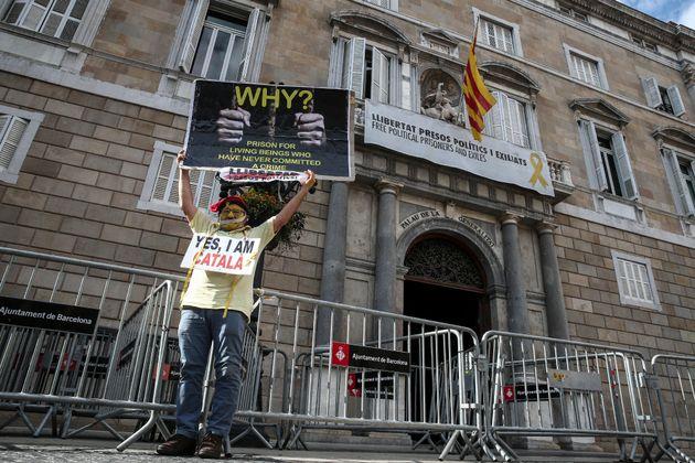 El Gobierno advierte a Torra y Casado exige el 155 por los