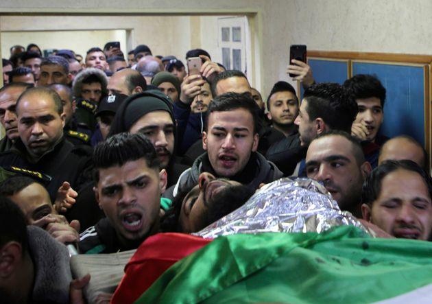 Le cortège funèbre porte la dépouille deRaid Hamdan, 21 ans, tué la...