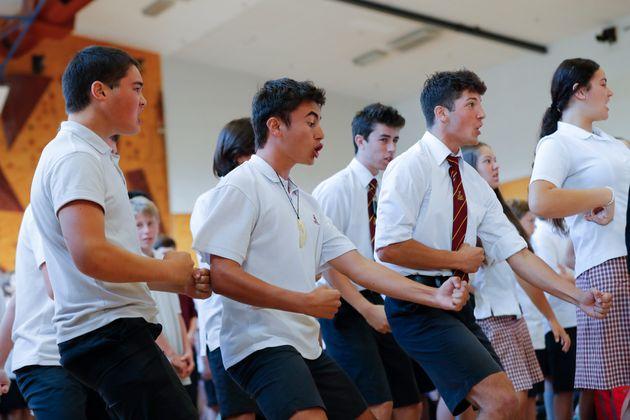 Μαθητές στη Νέα Ζηλανδία αποχαιρετούν τους νεκρούς με τον χορό των