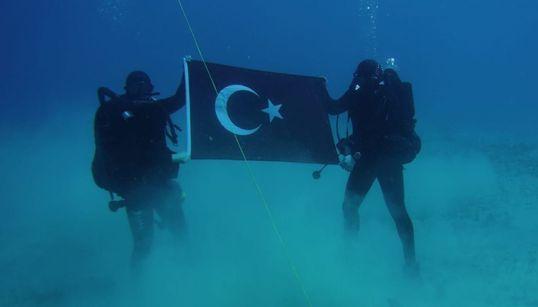 Τούρκοι βατραχάνθρωποι με τουρκική σημαία στον βυθό της