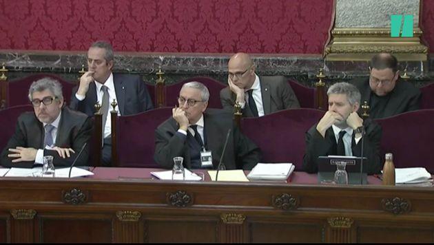 Joaquim Forn, Raül Romeva y Oriol Junqueras junto a sus abogados durante la sesión de este