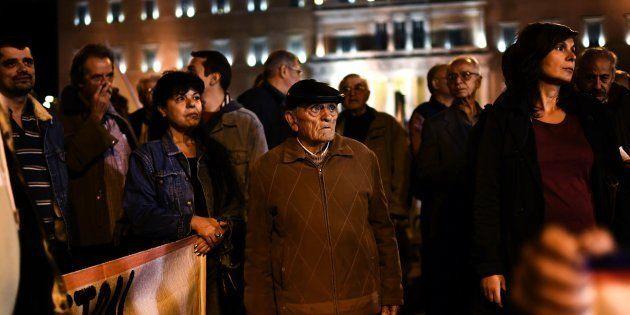 Des manifestants grecs contre les nouvelles mesures d'austérité devant le Parlement à Athènes, le 9 novembre