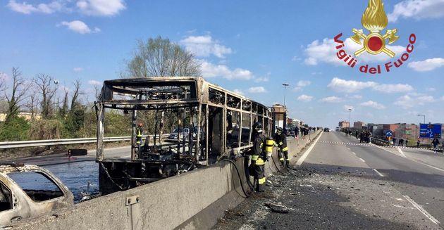 Un hombre prende fuego a un autobús lleno de niños en Italia para protestar por las muertes de migrantes...