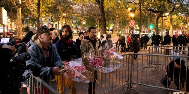 Les membres du groupe américain Thirty Seconds to Mars sont venus se recueillir devant le Bataclan, deux...