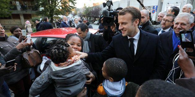 Bain de foule et fillette réconfortée, Emmanuel Macron est retourné en