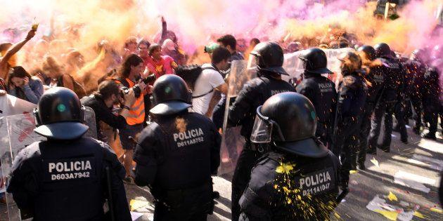 Barcelone: 24 blessés après des affrontements entre une manifestation d'indépendantistes et une de