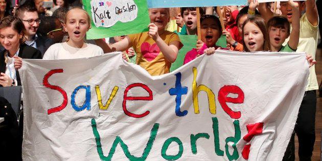 Des enfants défilent lors d'une marche pour le climat en amont de l'ouverture de la COP23 à Bonn, le...