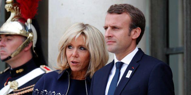 Emmanuel et Brigitte Macron sur le perron de l'Elysée le 15
