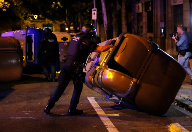 Barcelone: les images impressionnantes des échauffourées à la fin de la manifestation