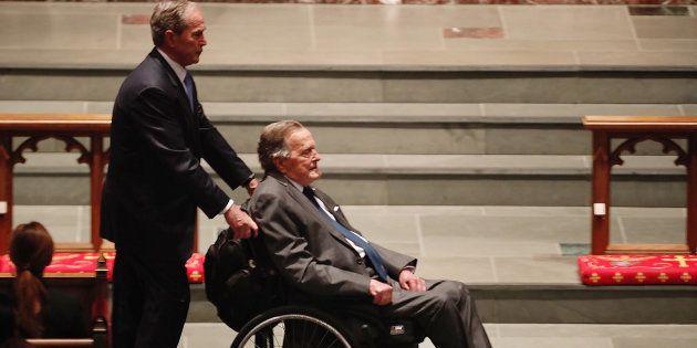George Bush Sr. poussé par son fils lors des funérailles de Barbara Bush, le 21