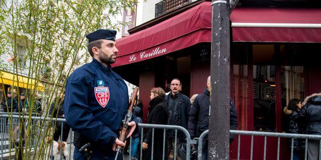 Un CRS devant le Carillon le 13 novembre 2016, Paris,