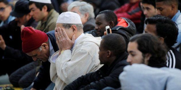 Une prière de rue devant la mairie de Clichy, en avril