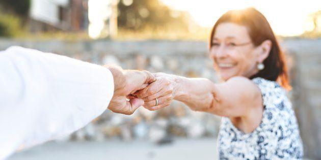 Une femme tenant la main de son partenaire.