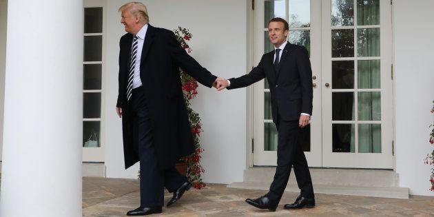 Avec cette photo de Trump et Macron, l'opposition a trouvé l'occasion idéale pour