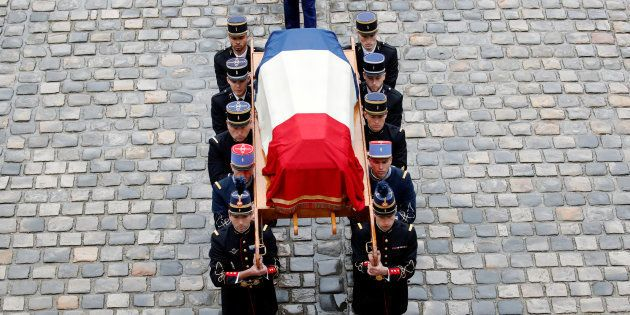 Des gardes républicains portant le cercueil du colonel Arnaud Beltrame lors de sa cérémonie d'hommage...
