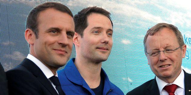 Le président Emmanuel Macron posant aux cotés de l'astronaute Thomas