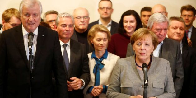 Angela Merkel et le leader de la CSU Horst Seehofer parlent après l'échec des négociations, le 20 novembre...