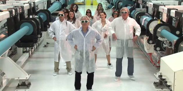 Gérard Mourou, le prix Nobel français, rattrapé par un vieux clip avec des laborantines en petite