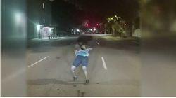 Elle dansait au milieu de la route alors ce policier est intervenu... de la meilleure des