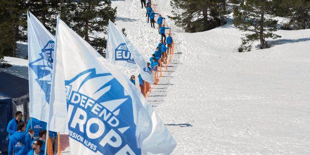 Des militants de Génération identitaire et de Defend Europe au col de l'Echelle près de Briançon le 21...