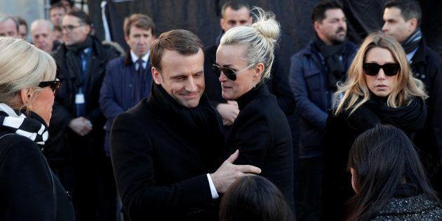 Emmanuel Macron aux côtés et de Laeticia Hallyday lors des funérailles du