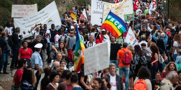 En Italie, des milliers de personnes réclament la libération du célèbre maire pro-migrants de