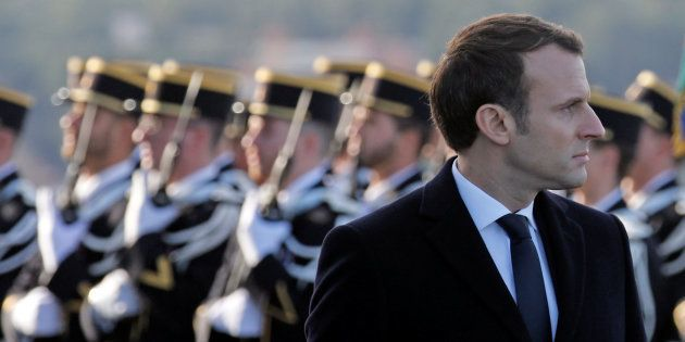 Le président Emmanuel Macron lors de l'inspection de troupes sur la base navale de
