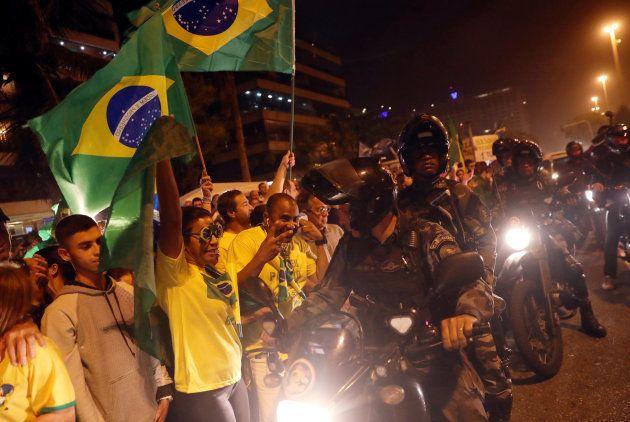 Présidentielle au Brésil: Jair Bolsonaro (extrême droite) largement en tête au premier