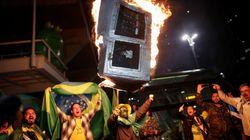 Au Brésil, des pro-Bolsonaro brûlent des urnes en carton pour protester contre la fraude dénoncée par leur