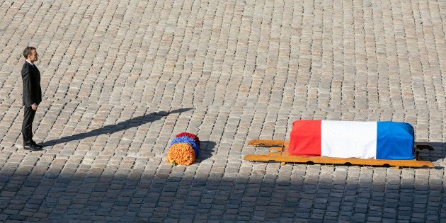 Comment Macron (ici devant le cercueil du chanteur dans la cour des Invalides) rendra hommage à Aznavour...