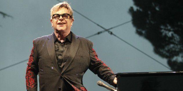 Le chanteur britannique Elton John sur la scène du